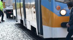 Гратисчия пръска със спрей и рита контрольори в трамвай в София