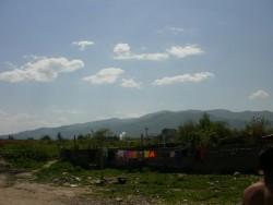 Нетърпимост между местни роми и техните събратя от фургоните в махалата
