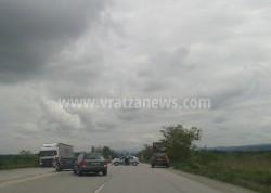 Катастрофирал камион разля масло по пътя