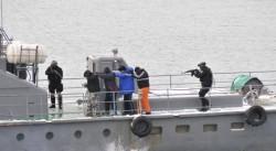 Военноморските сили демонстрираха задържане на кораб с нелегални емигранти