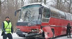Зверска катастрофа между ученически автобус и кола. Загинала е жена, има ранени деца