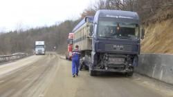 ТИР разля нафта по главния път Е-79