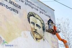 Графит с образа на Васил Левски рисуват върху калкан на жилищен блок