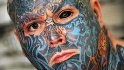 Най-татуираният мъж си нарисува бялото на окото (СНИМКИ)