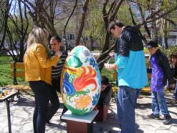 Единайсет еднометрови яйца боядисват ученици