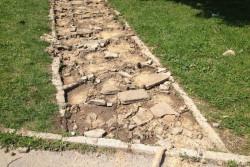 """Задигнаха каменни плочи от алея пред блок 11 в ЖК """"Саранск"""""""