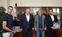 Министър Кралев връчи почетен плакет на медалиста от Световното по олимпийско таекуондо Владимир Далаклиев