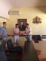 Кметът на община Ботевград връчи грамота и почетен медал на Владимир Далаклиев и Пламен Трънски