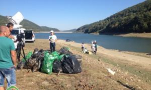 "Над 100 доброволци почистиха района на язовир ""Бебреш"""