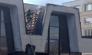Запали се покривът на бившия Дом на техниката