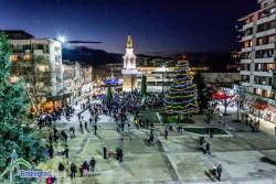 Грейнаха светлините на коледната елха и украсата в центъра на Ботевград