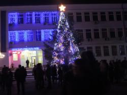 Тази вечер грейна Коледната елха в Етрополе