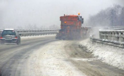 АПИ: Близо 440 снегопочистващи машини обработват пътните настилки. Шофьорите да карат внимателно!