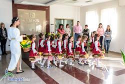 """Лазарки от детска градина """"Иглика"""" поздравиха служителите на фирма """"Лекс груп"""""""