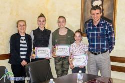 Момичетата от тройката и тяхната треньорка с награди от кмета за успеха на световното