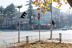 Шофьорка събори светофара при болницата