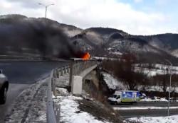 """Автобус се запали на АМ """"Хемус"""" край Правец, няма пострадали /обновена/"""