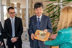 Посланикът на Казахстан дари книги на библиотеката в Ботевград