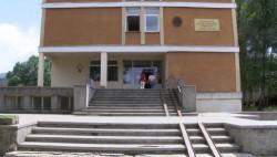 Безпрецедента акция в училище: Полиция заключи вратите, за да проверят присъствието на ученици