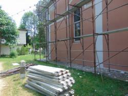 Правят ремонт на покрива на старата черква