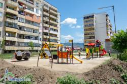 Монтират съоръженията на 4 нови детски площадки