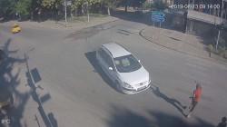 Лек автомобил за малко да прегази четирима човека на пешеходна пътека