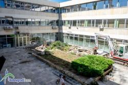 Ремонтират вътрешния двор към сградата на общинската администрация