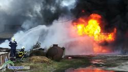 Пожарът се разраства: гори и склад за автомобилни масла!