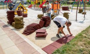 Поставят ударопоглъщаща настилка под съоръженията на новите детски площадки