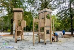 Монтират съоръженията на голямата детска площадка в Градския парк
