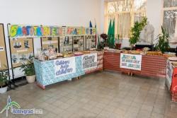 Ботевградската гимназия посрещна чуждестранни гости по проект. Те присъстваха на Коледния благотворителен базар