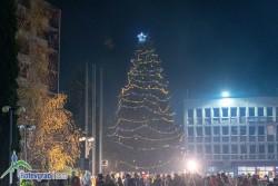 Грейнаха светлините на коледната елха в центъра на Ботевград