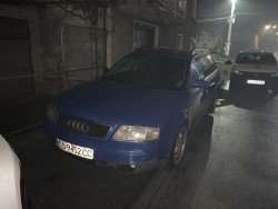 Синьо Ауди влезе в центъра на Ботевград и вся паника сред минувачите. Полицията вече задържа шофьора (видео)