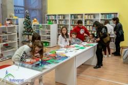 Сръчни деца майсторят с ножица, лепило и хартия в Коледна работилничка на библиотеката