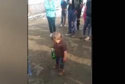 Задържан е бащата на 2-годишно дете, заснето с бутилка бира в ръка