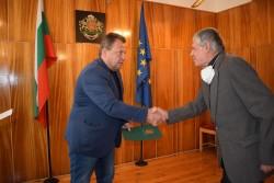 Кметът на Етрополе връчи грамоти на изявени учители и дейци на културата в общината