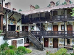 Бойко Борисов дари 20 000 лева на Чекотинския манастир