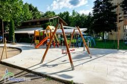 Монтираха съоръженията за игра на новата детска площадка зад Пощата
