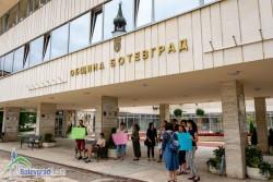"""Протестиращи в Ботевград също издигнаха лозунг """"Стига бетон на плажа"""""""