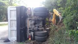 Два камиона се обърнаха на пътя между Рашково и Радотина