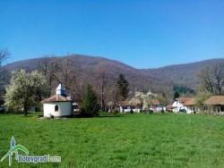 Миряни помагат с доброволен труд и средства за поддръжката на Зелинския манастир