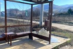 Трима непълнолетни от с. Скравена са задържани за повреждане на автобусна спирка