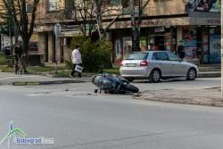 Скутер и лек автомобил се сблъскаха на кръстовище в Ботевград /допълнена/