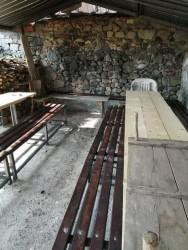 В Рашково направиха пейки и навес с материали, предоставени от общинския съветник Дамян Маринов