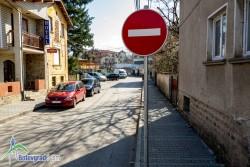 """Монтират знаците за еднопосочно движение по ул. """"Свобода"""""""