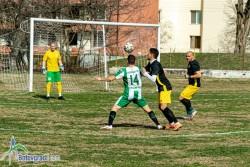 Футболистите бият навън