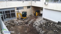 Започна реконструкцията на вътрешния двор зад общината