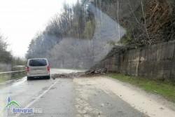 """Свлачище затруднява движението по републикански път I-1 в района на язовир """"Бебреш"""""""