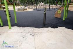 Полагат ударопоглъщаща настилка под съоръженията на новите детски площадки в парка