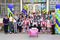"""Първокласниците от ОУ """"Отец Паисий"""" изнесоха тържество за буквите"""